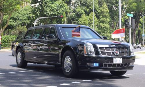 Chiếc xe Quái Thú của Tổng thống Mỹ Donald Trump rời khách sạn Shang-ri La sáng nay. Ảnh: Straits Times.