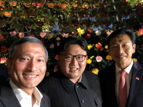 Ngoại trưởng Singapore Vivian Balakrishnan tối nay đăng bức ảnh ông chụp selfie cùng lãnh đạo Triều Tiên Kim Jong-un và Bộ trưởng Giáo dục Singapore Ong Ye Kung. Ảnh: Twitter.