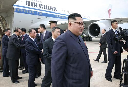 Lãnh đạo Triều Tiên Kim Jong-un đến sân bay quốc tế Changi của Singapore chiều ngày 10/6. Ảnh: Kyodo.