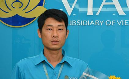 Anh Nguyễn Chí Cường đã phát hiện túi xách của hành khách bỏ quên. Ảnh: Viags.