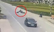 Chờ ôtô qua, cô gái mới sang đường nhưng vẫn gây tai nạn