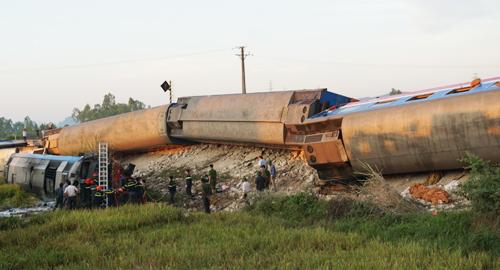 Hiện trường tàu SE19 tông xe ben khiến nhiều toa bị lật ở Thanh Hóa. Ảnh: Lê Hoàng.