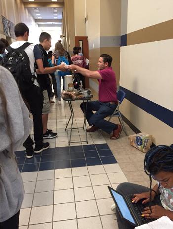 Khoảng 50 học sinh đã nhận được suất ăn sáng từ thầy giáo. Ảnh: Twitter