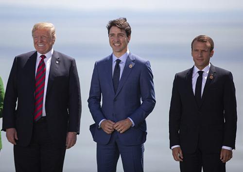 Tổng thống Mỹ đứng cạnh Thủ tướng Canada và Tổng thống Pháp. Ảnh: AFP