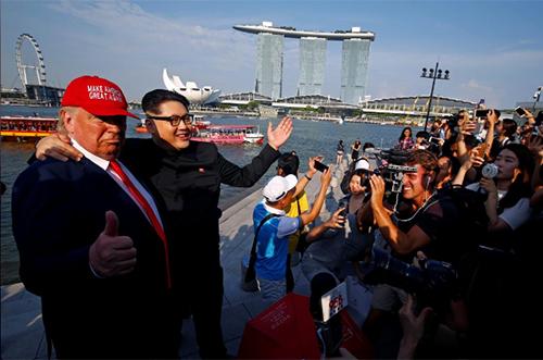 Bản sao của ông Trump và ông Kim dành được sự quan tâm của công chúng tại Singapore. Ảnh: Reuters
