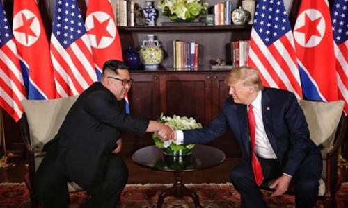 Lãnh đạo Triều Tiên Kim Jong-un bắt tay Tổng thống Mỹ Donald Trump trong cuộc gặp riêng tại khách sạn Capella, Singapore. Ảnh: Reuters.