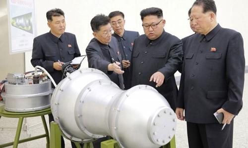 Lãnh đạo Triều Tiên Kim Jong-un thăm cơ sở chế tạo vũ khí năm 2017. Ảnh: KCNA.