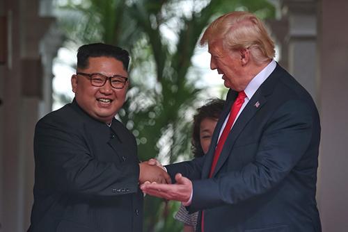 Kim Jong-un và Donald Trump bắt tay nhau trước khi bước vào hội nghị thượng đỉnh sáng nay. Ảnh: StraitsTimes