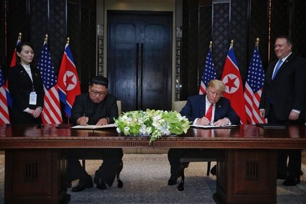 Trump và Kim Jong-un ký thỏa thuận. Ảnh: AFP.