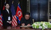Kim Jong-un dùng bút do em gái đưa để ký văn kiện