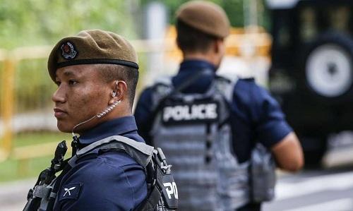 Hai thành viên biệt đội Gurkha đang tuần tra bảo vệ hội nghị Mỹ-Triều. Ảnh: AP.