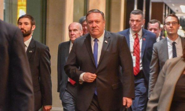 Ngoại trưởng Pompeo rời khách sạn Shangri-La. Ảnh: Bộ Ngoại giao Mỹ.
