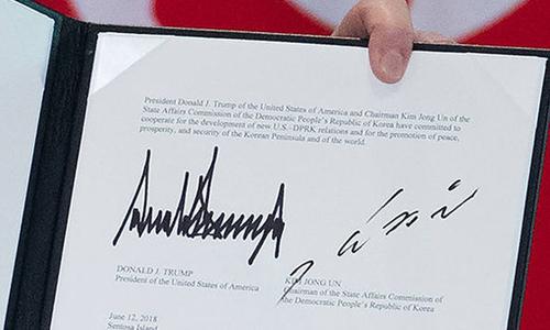 Chữ ký của Tổng thống Mỹ Donald Trump và lãnh đạo Triều Tiên Kim Jong-un trong bản thỏa thuận chung giữa Mỹ và Triều Tiên. Ảnh: AFP.