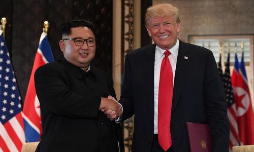 Lãnh đạo Triều Tiên và Tổng thống Mỹ sau khi ký tuyên bố chung vào chiều nay. Ảnh: AFP.