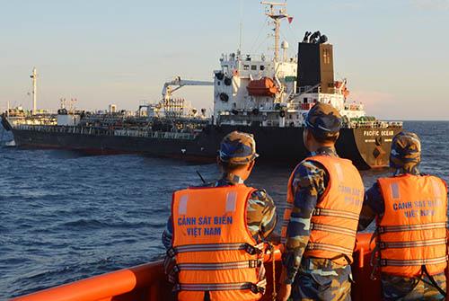 Cảnh sát biển Việt Nam dẫn giải tàu Pacipic Ocean về xử lý. Ảnh: CSB.