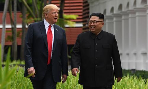 Tổng thống Mỹ Donald Trump và lãnh đạo Triều Tiên Kim Jong-un đi dạo sau cuộc hội đàm tại khách sạn Capella ở Singapore hôm nay. Ảnh: AFP.