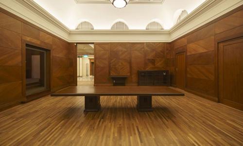 Chiếc bàn từng được sử dụng cho các chánh án tòa án tối cao Philippines. Ảnh: Bảo tàng quốc gia Singapore.