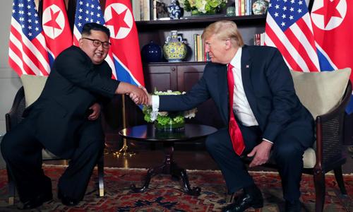 Tổng thống Mỹ Donald Trump và lãnh đạo Triều Tiên Kim Jong-un bắt tay tại cuộc họp riêng sáng nay. Ảnh: Reuters.