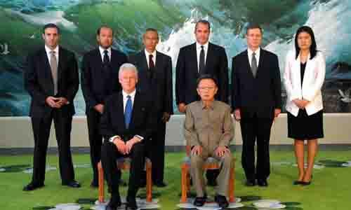 Cựu tổng thống Mỹ Bill Clinton thăm Triều Tiên và chụp ảnh cùng lãnh đạo Kim Jong-il tháng 4/2009. Ảnh: AFP.