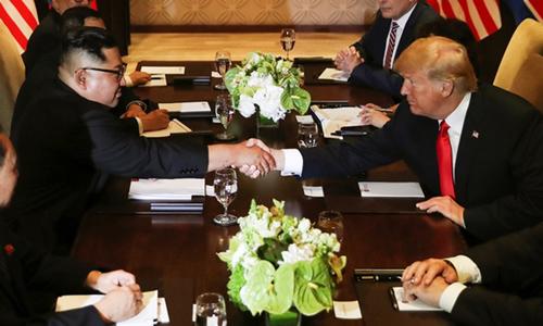 Trump và Kim bắt tay tại cuộc họp mở rộng cùng quan chức cấp cao hai bên. Ảnh: Reuters.