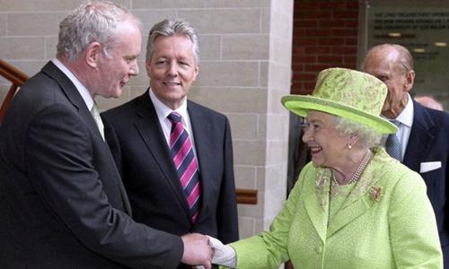 Nữ hoàng Anh Elizabeth II bắt tay Martin McGuinness trong chuyến thăm ngày 27/6/2012. Ảnh: AP.