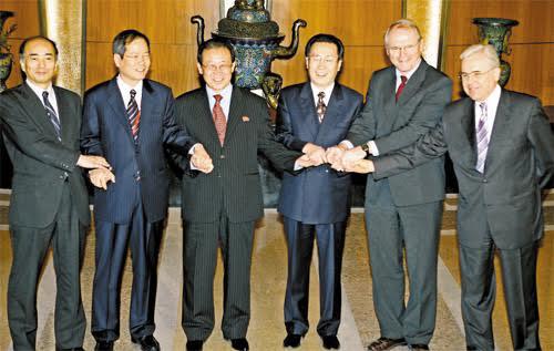 Các đại diện tham gia đàm phán 6 bên bắt tay. Ảnh: AP.