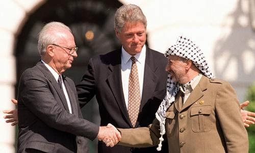 Thủ tướng Israel Yitzhak Rabin và lãnh đạo Palestine Yasser Arafat bắt tay tại Bãi Nam Nhà Trắng ngày 13/9/1993. Ảnh: BBC.