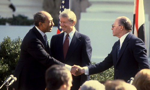 Tổng thống Ai Cập Anwar Sadat bắt tay Thủ tướng Israel Menachem Begin trong chuyến thăm cấp nhà nước ngày 19/11/1977. Ảnh: AFP.