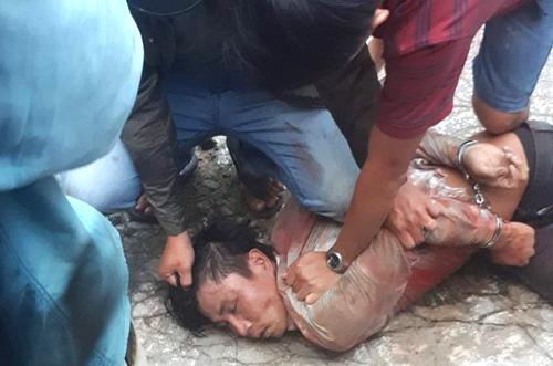 Người dân địa phương và cảnh sát cùng khống chế bắt giữ Quốc khi anh ta có biểu hiện ngáo đá. Ảnh: An Thới.