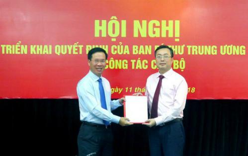 Ông Võ Văn Thưởng (bìa trái) trao quyết định cho ông Bùi Trường Giang. Ảnh: VGP