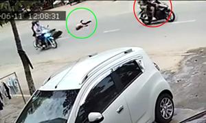 Cô gái lăn ba vòng vì bị cướp giật túi xách