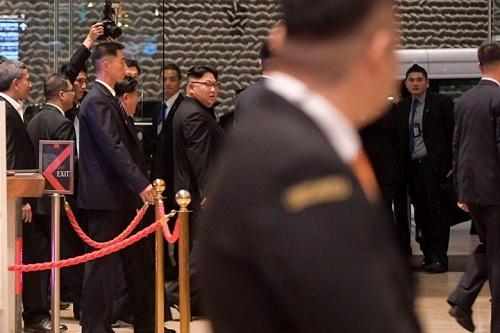 Kim Jong-un cùng quan chức Triều Tiên và Ngoại trưởng Singapore tại Marina Bayn Sands tối 11/6. Ảnh: ST.