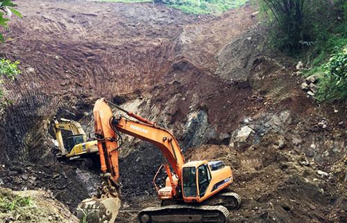 Công trường khai thác trái phép quặng apatít ở T.P Lào Cai. Ảnh: Báo Lào Cai