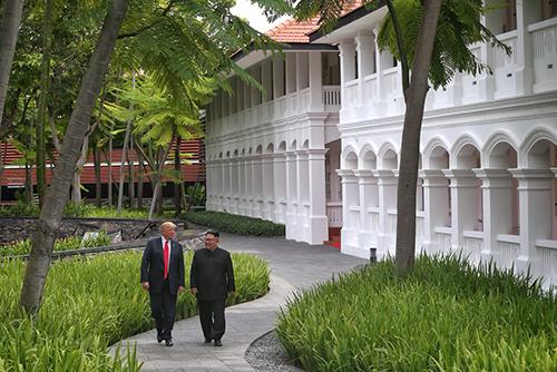 Lãnh đạo Mỹ - Triều Tiên đi dạo cùng nhau sau hội nghị thượng đỉnh ở khách sạn Capella, Singapore. Ảnh: Reuters