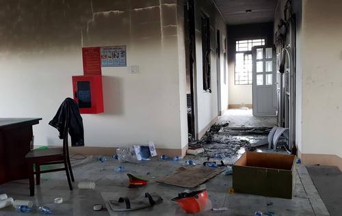 Trụ sở bên trong của Phòng cảnh sát PCCC Bình Thuận tại Phan Rí Cửa bị đốt, đập phá hư hỏng nặng. Ảnh: Phước Tuấn