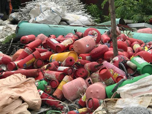 Nhiều bình khí nén, bình cứu hoả mini được tập kết ở bãi phế liệu tại làng Quan Độ. Ảnh: Sơn Định