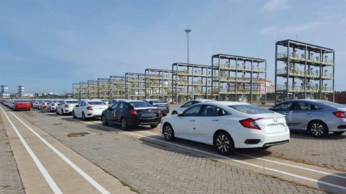 Ôtô nhập khẩu tại một cảng ở TP HCM.
