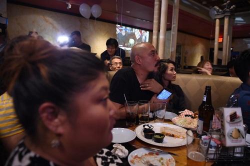 Người dân Mỹ theo dõi truyền hình trực tiếp hội nghị thượng đỉnh Trump - Kim ở KoreaTown, Los Angeles. Ảnh: AFP.
