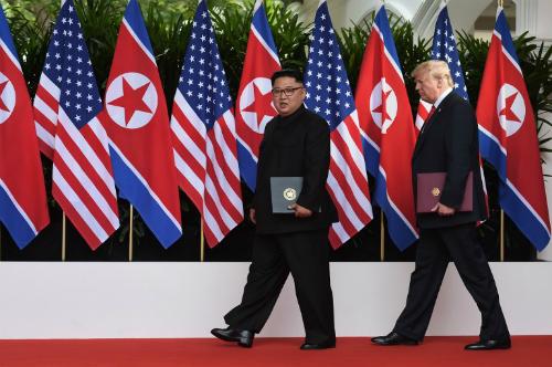 Lãnh đạo Triều Tiên Kim Jong-un (trái) và Tổng thống Mỹ Trump gặp nhau ngày 12/6 ở Singapore. Ảnh: AFP.
