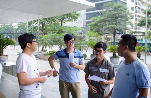Mentor Viết Hiền (ngoài cùng bên trái) chia sẻ kinh nghiệm ứng tuyển công nghệ thông tinvới sinh viên FUNiX.
