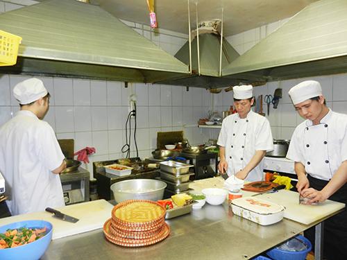 Các đầu bếp nhà hàng tất bật chế biến món ăn