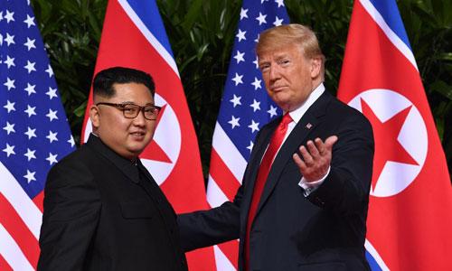 Kim Jong-un (trái) và Donald Trump tại cuộc gặp thượng đỉnh ở Singapore. Ảnh: AFP.