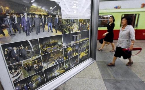 Những hình ảnh về chuyến tham quan Singapore trong đêm 11/6 của lãnh đạo Triều Tiên Kim Jong-un dán ở ga tàu điện ngầm Bình Nhưỡng hôm 12/6. Ảnh: AP.
