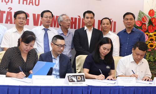 Một số doanh nghiệp, hiệp hội taxi ký kết hợp tác với Emddi. Ảnh: VNU.