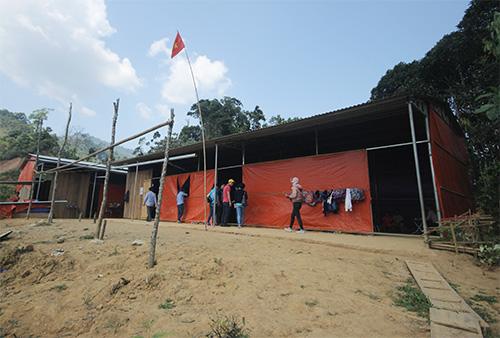 Ngôi trường tạm bợ thứ 3 học sinh đang học được dựng bằng tôn, khung sắt và bạt. Ảnh: Đắc Thành.