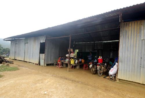 Nhà kho của công nhân thi công đường Đông Trường Sơn được cải tạo thành lớp học cho học sinh tiểu học và mẫu giáo. Ảnh: Đắc Thành.