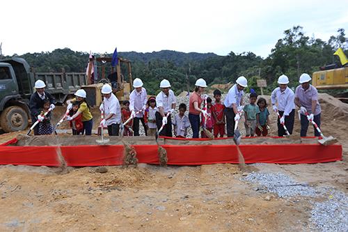 Học sinh cùng lãnh đạo huyện Nam Trà My và Quỹ hy vọng khởi công trường Khe Chữ. Ảnh: Đắc Thành.