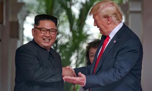 Tổng thống Mỹ Donald Trump và lãnh đạo Triều Tiên Kim Jong-un bắt taytại hội nghị thượng đỉnh ngày 12/6 ở Singapore. Ảnh: Reuters.