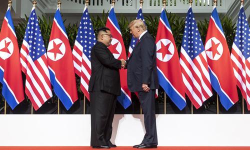 Tổng thống Mỹ Donald Trump bắt tay lãnh đạo Triều Tiên Kim Jong-un tại hội nghị thượng đỉnh ngày 12/6. Ảnh: White House.