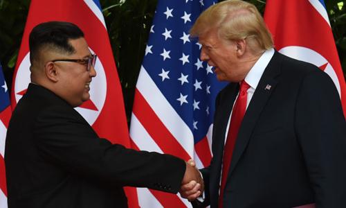 Tổng thống Mỹ Donald Trump và lãnh đạo Triều Tiên Kim Jong-un bắt tay sau khi ký tuyên bố chung. Ảnh: Reuters.
